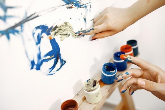 カップルはアートスタジオで描画します