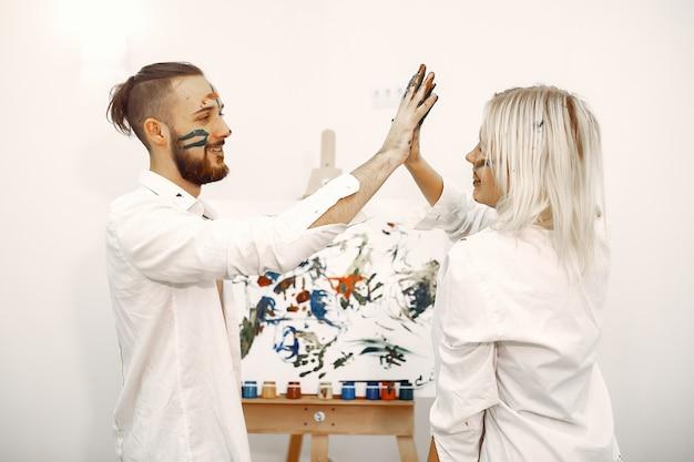 アートスタジオでエレガントなカップルを描く