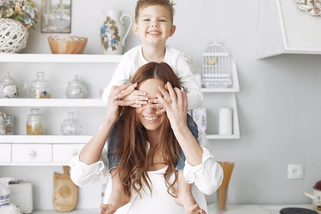 家で楽しんでいる小さな子供を持つ母