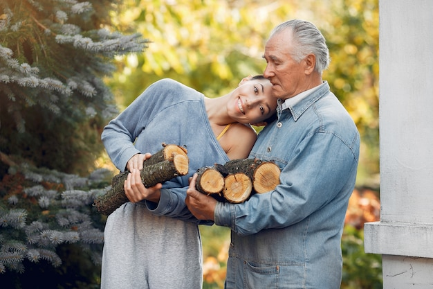 Дед с внучкой по двору с дровами в руках