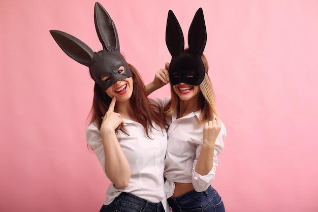 黒うさぎマスクでポーズファッションの若い女性
