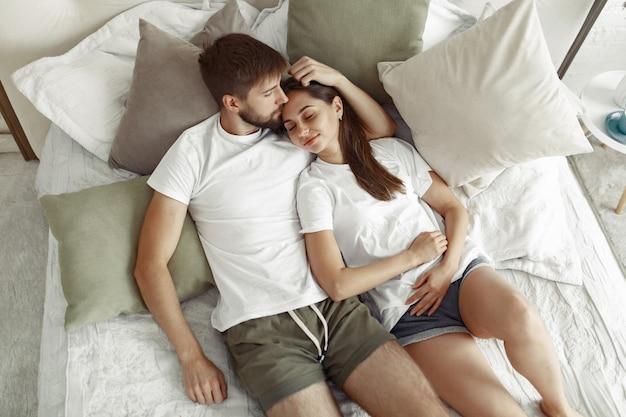 ベッドの上に座っているカップル