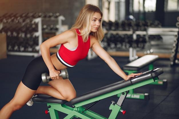 Спортивная блондинка в спортивной тренировке в спортзале