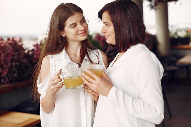 Мать и взрослая дочь проводят время вместе