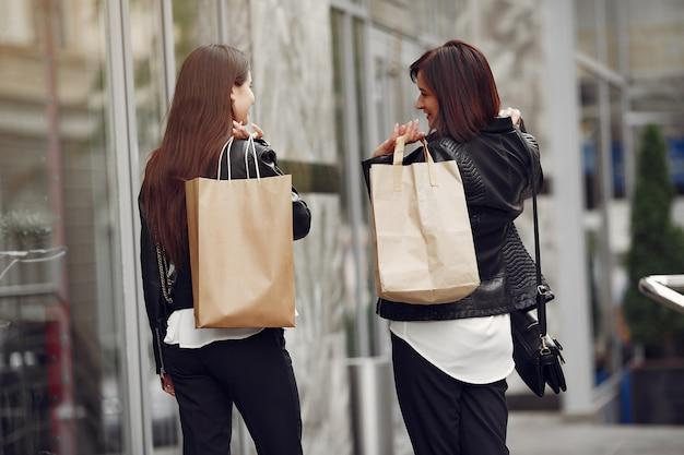 母と買い物袋を持つ大人の娘