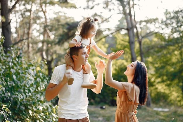 Милая семья играет в осеннем поле