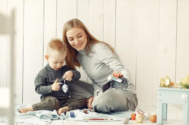 自宅で息子を持つ母はイースターを準備します