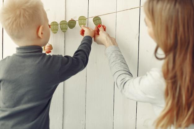 Мать и маленький сын играют дома
