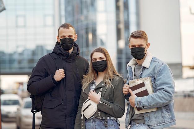 Люди в масках стоят на улице