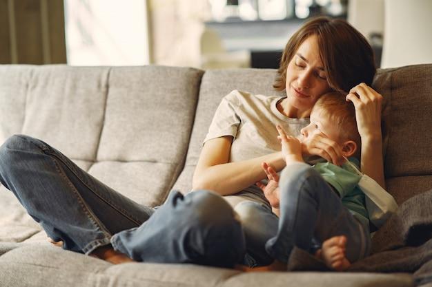 Мать с маленьким сыном сидит дома на карантине
