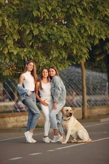 かわいい犬と春の街を歩く女の子