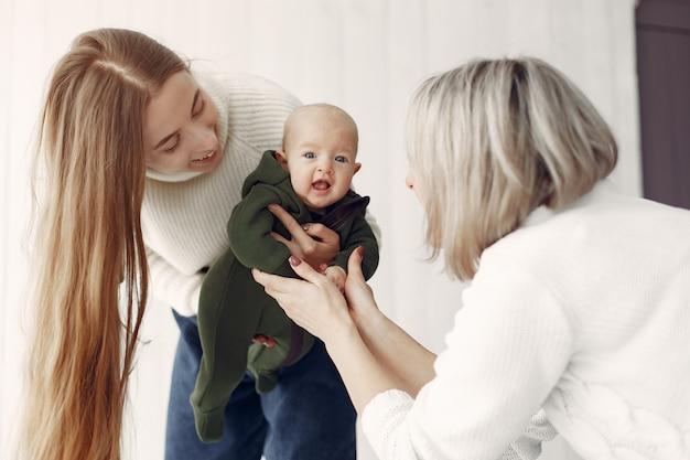 自宅で娘と孫娘とエレガントなおばあちゃん