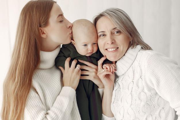 Элегантная бабушка дома с дочерью и внучкой