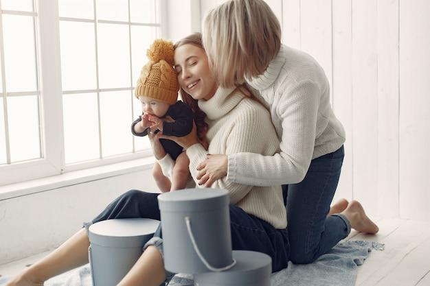 Элегантная бабушка дома с дочерью и внуком