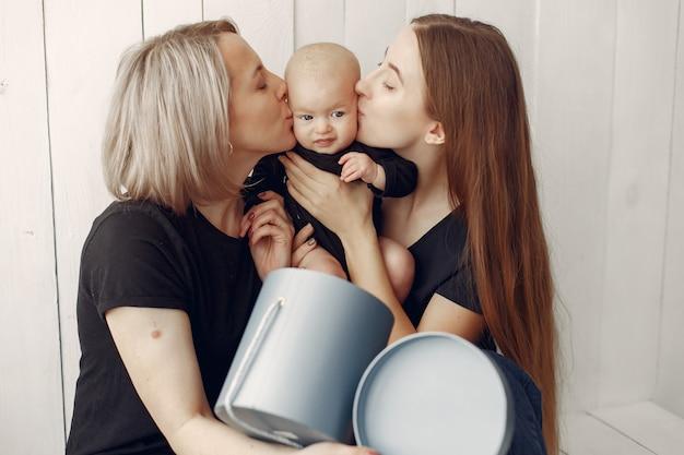エレガントな祖母と娘と孫