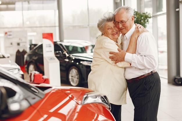 車のサロンでエレガントな老夫婦