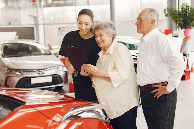 Стильная и элегантная старая пара в салоне автомобиля