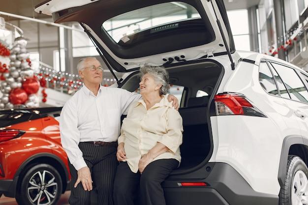 Элегантная старая пара в салоне автомобиля
