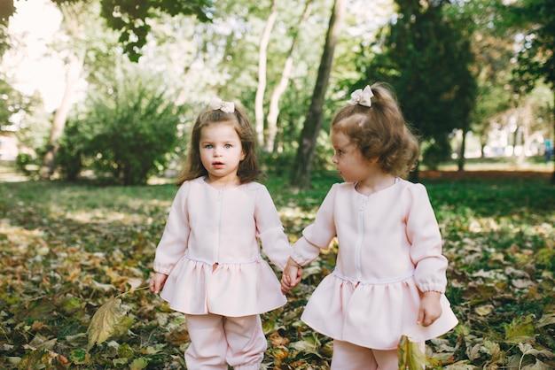 春の公園で遊ぶかわいい妹