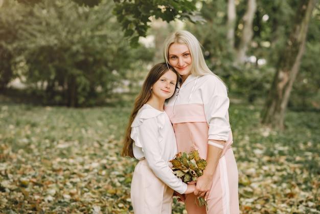 夏の公園でポーズの娘を持つ母