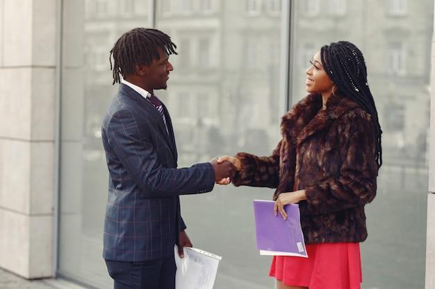 スタイリッシュな黒人カップルがビジネス会話
