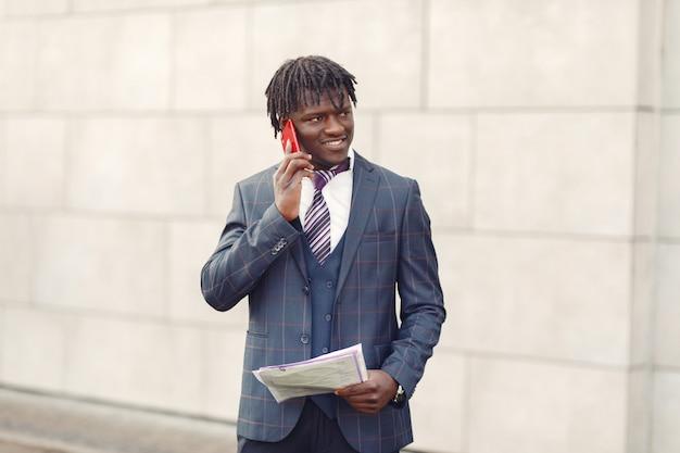 Красивый темнокожий мужчина в синем костюме