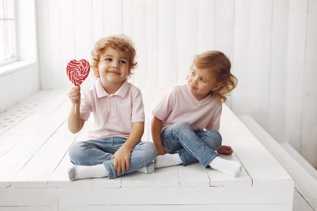 お菓子を楽しんでいるかわいい子供たち