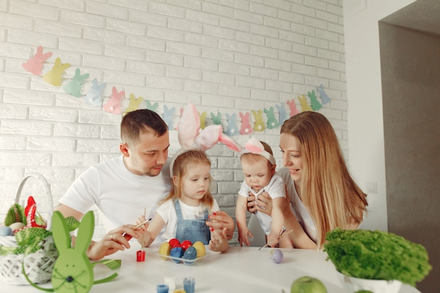Семья с двумя детьми на кухне готовится к пасхе