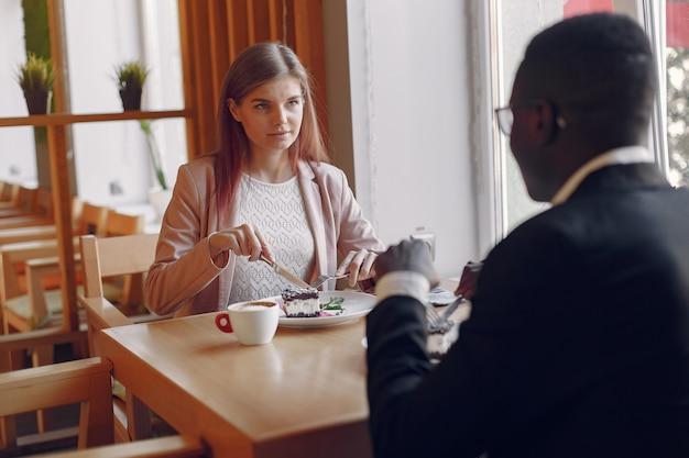 カフェに座ってコーヒーを飲む国際人