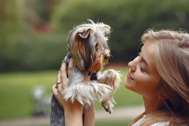Милая девушка играет с маленькой собачкой