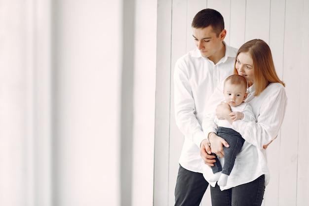 Красивая семья стоит на белом