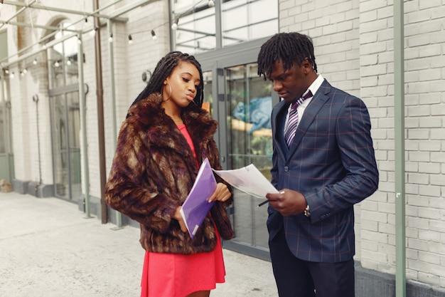 ビジネス会話をしているスタイリッシュな黒のカップル