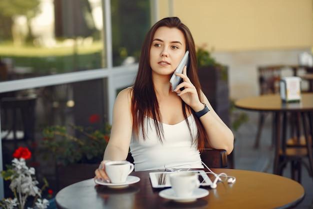 Предприниматель работает с планшетом в кафе