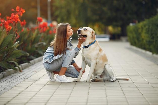 Женщина с милой собакой на улице
