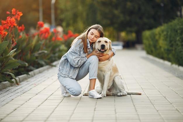 通りで彼女のかわいい犬を持つ女性
