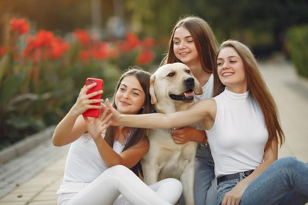 通りでかわいい犬を持つ女性