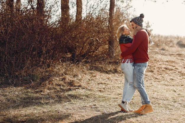 Пара веселится в весеннем лесу