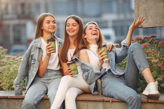 コーヒーを飲みながら通りで楽しんでいる女性