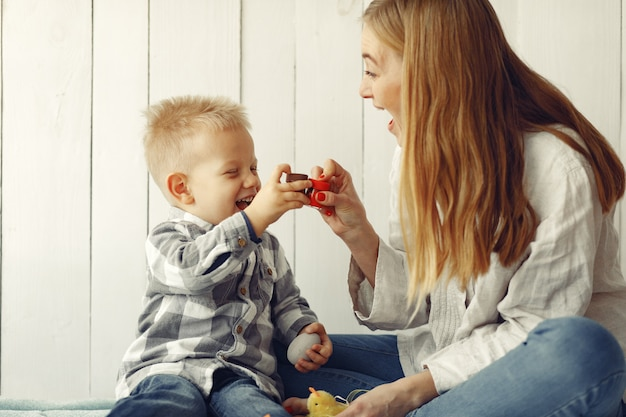 Мать с сыном готовится к пасхе у себя дома