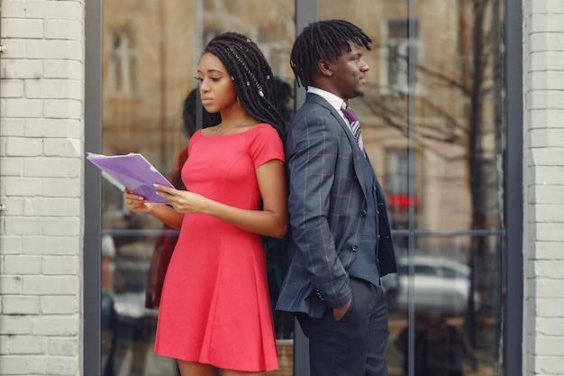 スタイリッシュな黒人カップルがビジネス会話をしています