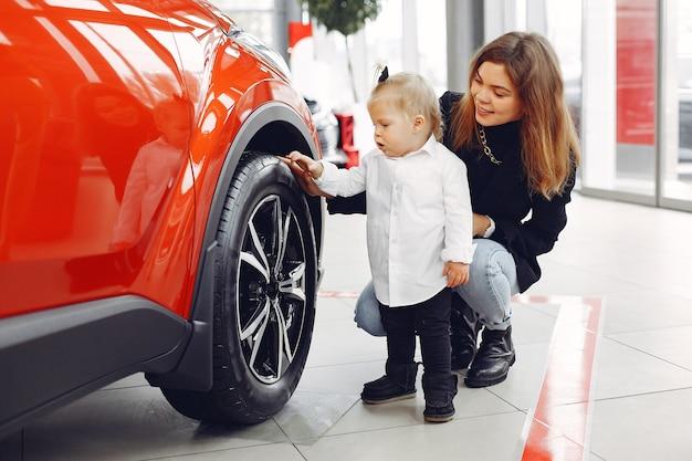 Элегантная женщина с маленькой дочкой в салоне автомобиля