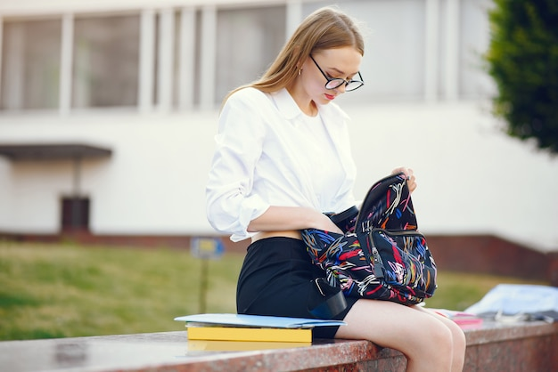 Студент с рюкзаком на школьном дворе