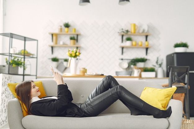 ソファーに座って電話を使う女の子