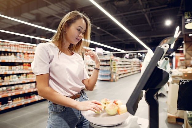 スーパーマーケットで若い女性のショッピング