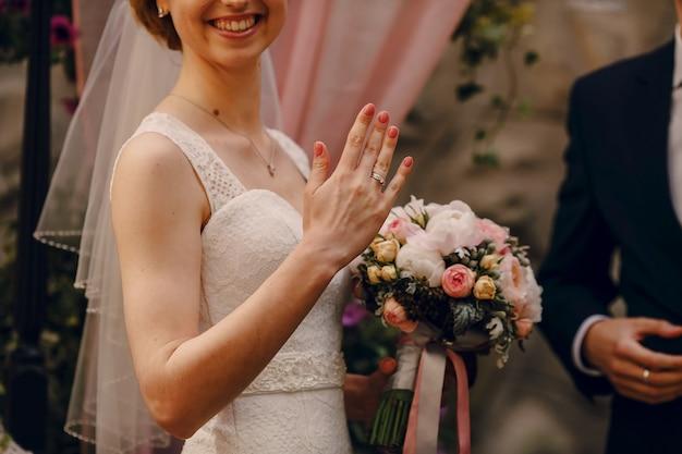Гордый невеста, показывая ее кольцо