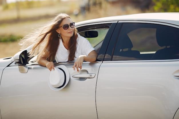 エレガントな女性が車の窓の外に見える