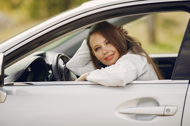 車に座っているエレガントな実業家