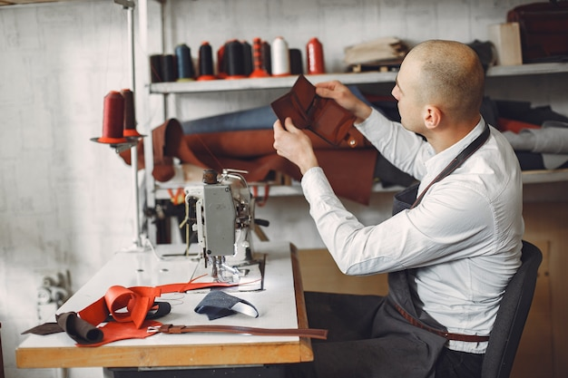 男は革製品を作る