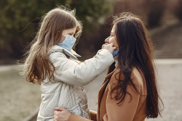 娘と母がマスクで外を歩く