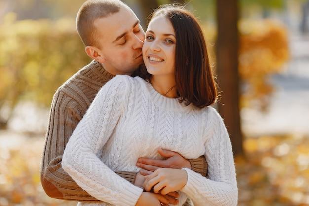 Красивая пара проводит время на осеннем парке